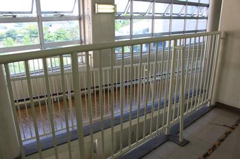 廊下の柵がきれいになりました! - 中川西中学校